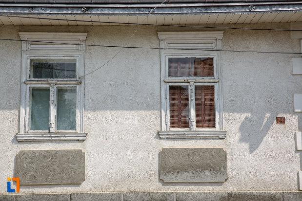 ferestrele-de-la-casa-rosu-din-suceava-judetul-suceava.jpg