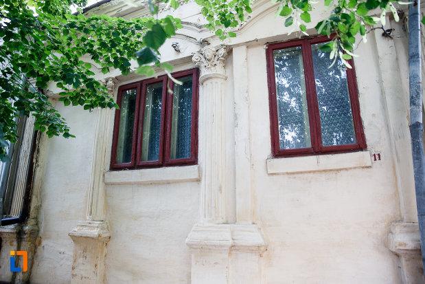 ferestrele-de-la-casa-tole-1893-din-alexandria-judetul-teleorman.jpg
