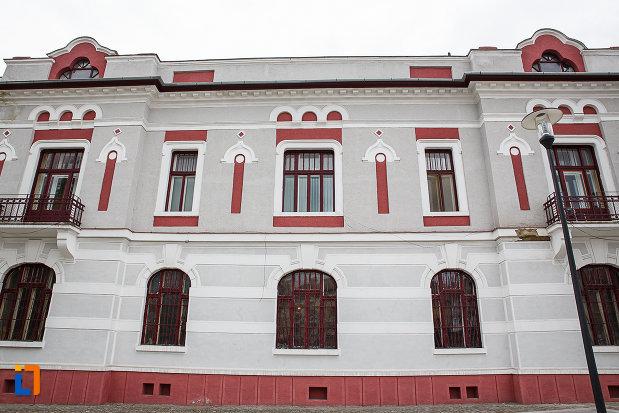 ferestrele-de-la-cazinoul-functionarilor-azi-teatrul-i-d-sarbu-din-petrosani-judetul-hunedoara.jpg