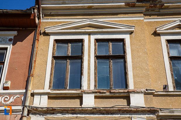 ferestrele-de-la-cladire-fosta-scoala-din-orastie-judetul-hunedoara.jpg