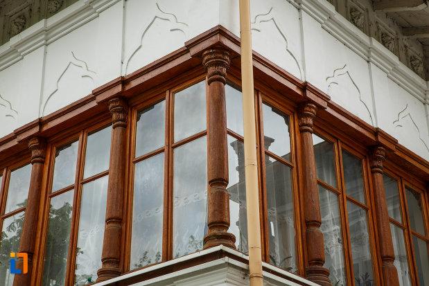 ferestrele-de-la-conacu-socoteanu-lahovari-azi-palatul-copiilor-din-ramnicu-valcea-judetul-valcea.jpg
