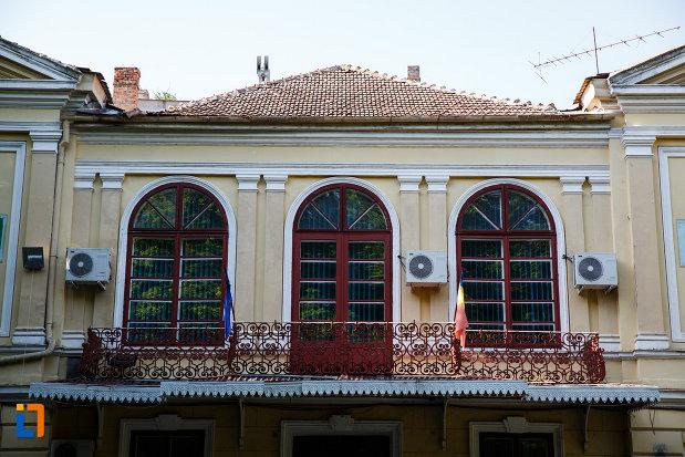 ferestrele-de-la-conacul-csekonics-din-jimbolia-judetul-timis.jpg
