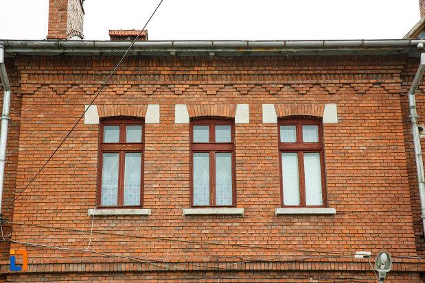 ferestrele-de-la-gara-din-calimanesti-anterior-gara-jiblea-judetul-valcea.jpg