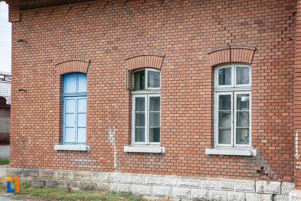 ferestrele-de-la-gara-din-zimnicea-judetul-teleorman.jpg