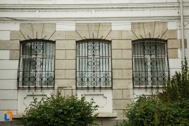 ferestrele-de-la-muzeul-de-istorie-din-ramnicu-valcea-judetul-valcea.jpg