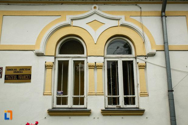 ferestrele-de-la-muzeul-vrancei-casa-stefanescu-din-focsani-judetul-vrancea.jpg