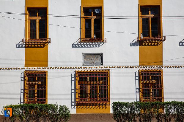 ferestrele-de-la-prima-scoala-romaneasca-din-orastie-judetul-hunedoara.jpg