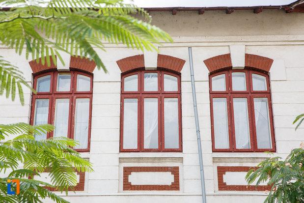 ferestrele-de-la-scoala-veche-azi-soala-nr-5-din-alexandria-judetul-teleorman.jpg