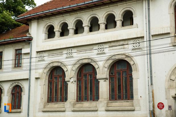 ferestrele-de-la-vechiul-tribunal-judetean-din-focsani-judetul-vrancea.jpg