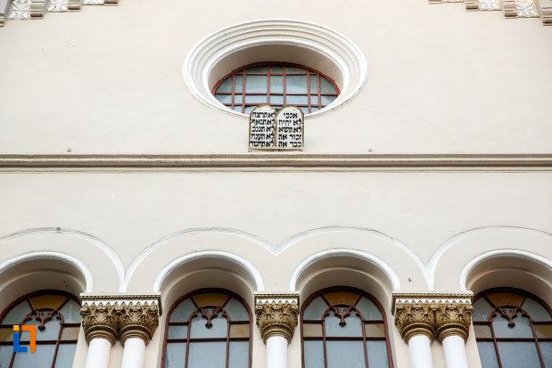 ferestrele-frontale-de-la-templul-evreiesc-1879-din-radauti-judetul-suceava.jpg