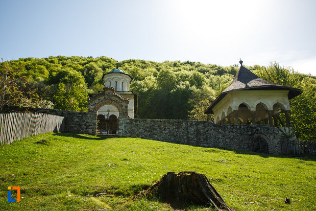 fortificatie-din-piatra-manastirea-hurezi-din-horezu-judetul-valcea.jpg