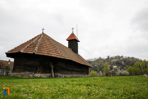 foto-cu-biserica-de-lemn-sf-arhangheli-biserica-sanonilor-din-petrosani-judetul-hunedoara.jpg