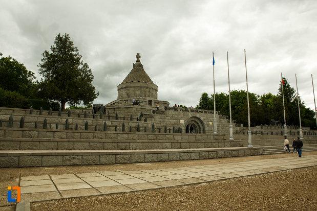 foto-cu-mausoleul-eroilor-din-1916-1919-de-la-marasesti-judetul-vrancea.jpg