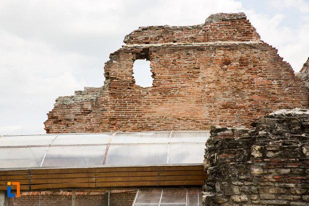 foto-cu-palatul-domnesc-ruine-palatul-petru-cercel-din-targoviste-judetul-dambovita.jpg