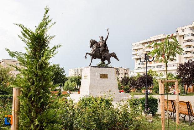 foto-cu-statuia-lui-mihai-viteazu-din-giurgiu-judetul-giurgiu.jpg