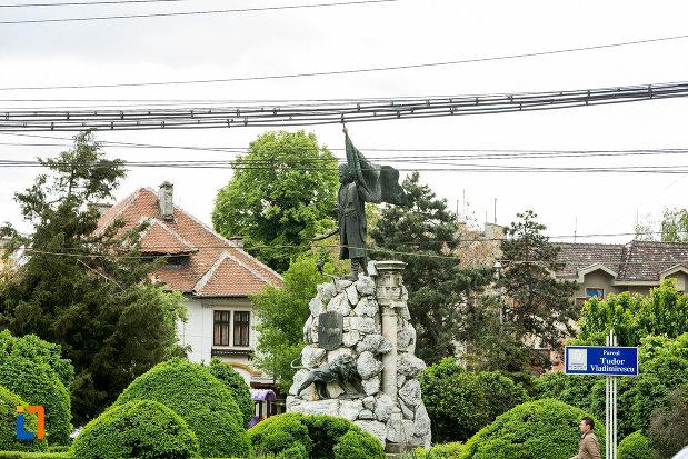 foto-cu-statuia-lui-tudor-vladimirescu-1898-din-targu-jiu-judetul-gorj.jpg