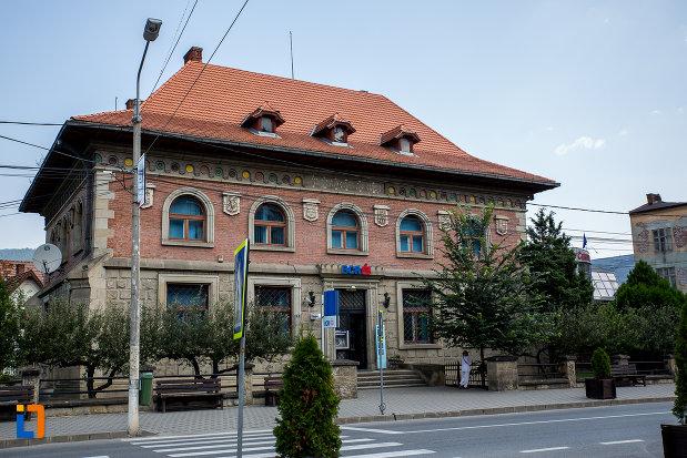 fotografie-cu-banca-comerciala-romana-din-campulung-moldovenesc-judetul-suceava.jpg