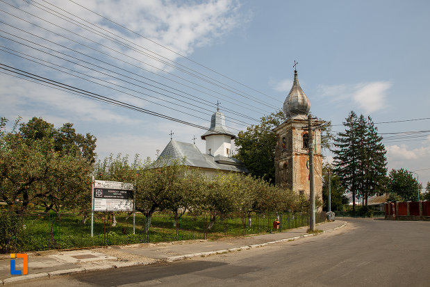fotografie-cu-biserica-armeneasca-turnu-rosu-din-suceava-judetul-suceava.jpg