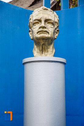 fotografie-cu-bustul-lui-hermann-oberth-din-medias-judetul-sibiu-in-fata-casei-memoriale.jpg