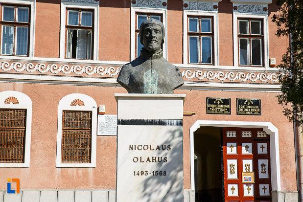 fotografie-cu-bustul-lui-nicolaus-olahus-din-orastie-judetul-hunedoara.jpg