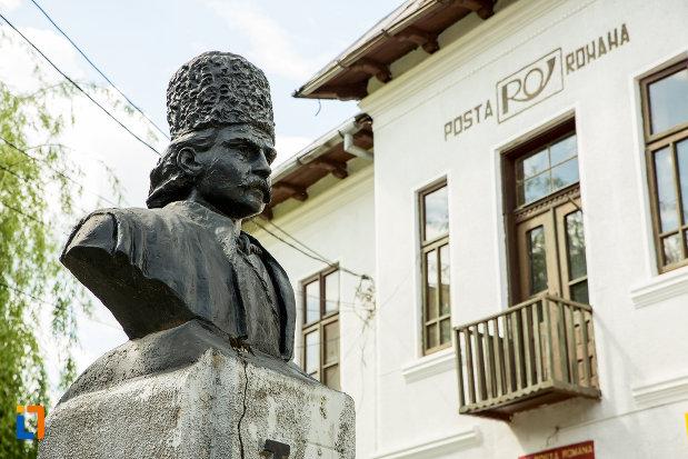 fotografie-cu-bustul-lui-tudor-vladimirescu-din-baia-de-arama-judetul-mehedinti.jpg