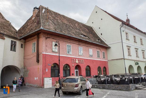 fotografie-cu-casa-avand-la-parter-restaurantul-la-turn-1652-din-sibiu-judetul-sibiu.jpg