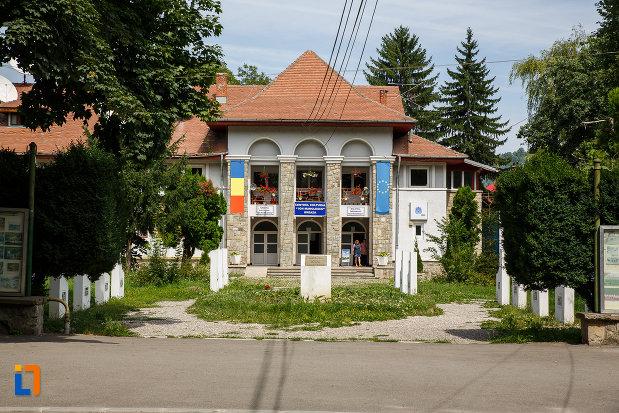 fotografie-cu-centru-cultural-ion-manolescu-din-breaza-judetul-prahova.jpg