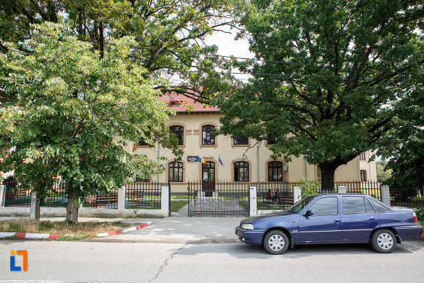 fotografie-cu-liceul-agricol-nicolae-balcescu-din-alexandria-judetul-teleorman-monument-istoric.jpg