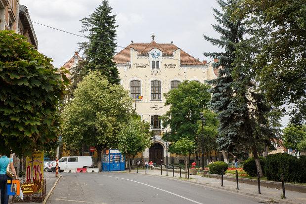 fotografie-cu-liceul-bolyai-farkas-cladirea-centrala-din-targu-mures-judetul-mures.jpg
