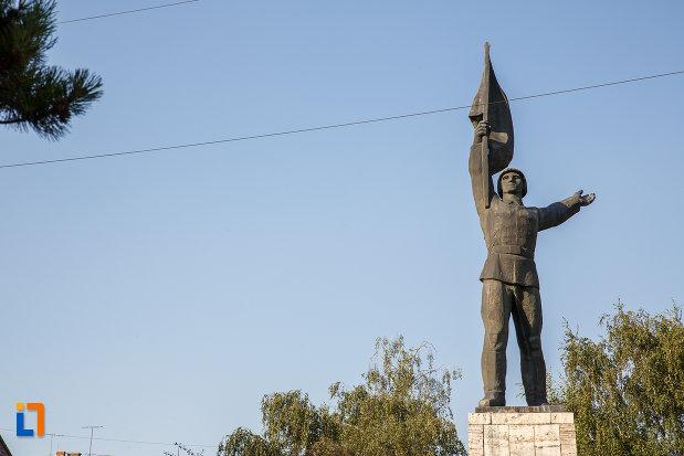 fotografie-cu-monumentul-ostasului-roman-din-targu-mures-judetul-mures.jpg