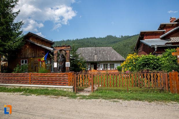 fotografie-cu-muzeul-de-arta-etnografica-ioan-gramada-din-campulung-moldovenesc-judetul-suceava.jpg