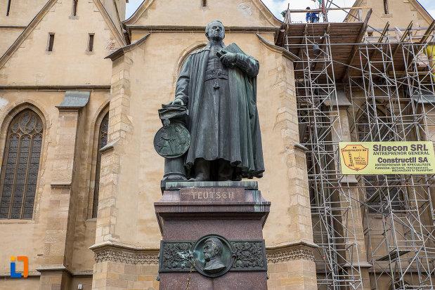 fotografie-cu-statuia-episcopului-georg-daniel-teutsch-1899-din-sibiu-judetul-sibiu.jpg