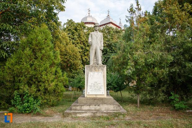 fotografie-cu-statuia-lui-alexandru-colfescu-din-alexandria-judetul-teleorman.jpg