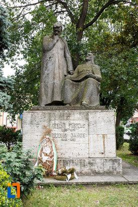 fotografie-cu-statuia-lui-bolyai-farkas-si-bolyai-janos-din-targu-mures-judetul-mures.jpg