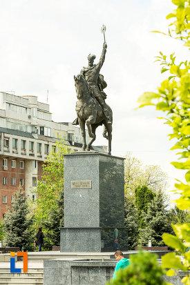 fotografie-cu-statuia-lui-mihai-viteazu-din-craiova-judetul-dolj.jpg