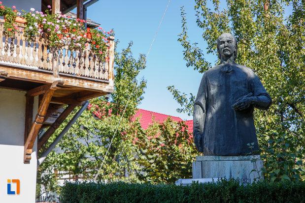 fotografie-cu-statuia-lui-nicolae-grigorescu-in-fata-muzeului-din-campina-judetul-prahova.jpg