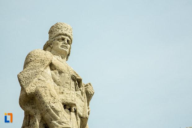 fotografie-cu-statuia-lui-tudor-vladimirescu-din-slatina-judetul-olt.jpg