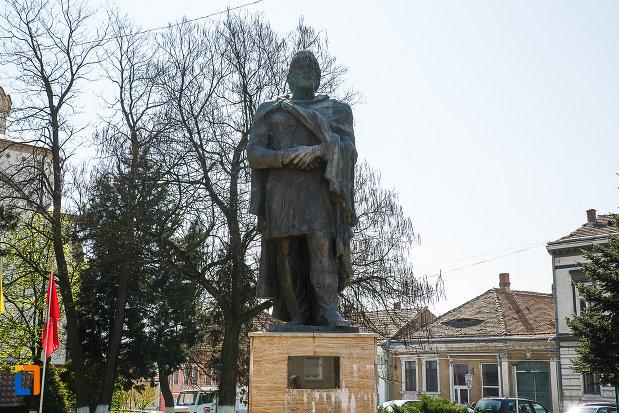 fotografie-cu-statuia-regelui-burebista-din-orastie.jpg