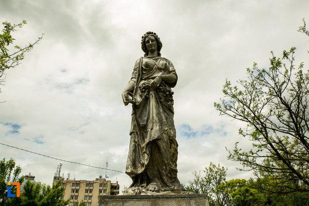 fotografie-cu-statuia-zeitei-ceres-din-caracal-judetul-olt.jpg