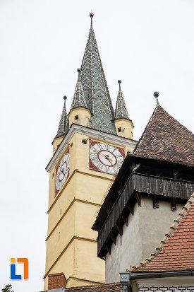 fotografie-cu-turnurile-de-la-biserica-evanghelica-sf-margareta-si-turnul-trompetilor-1488-din-medias-judetul-sibiu.jpg