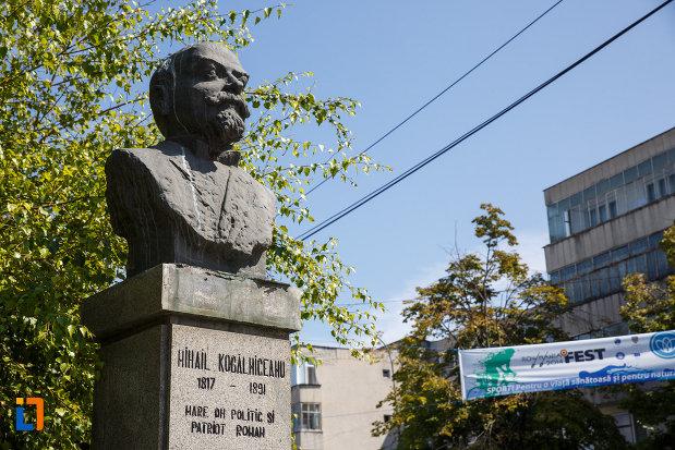 fotografie-din-lateral-cu-bustul-lui-mihail-kogalniceanu-din-tulcea-judetul-tulcea.jpg