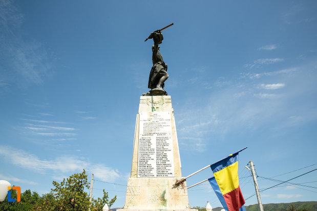 fotografie-din-lateral-cu-monumentul-eroilor-din-novaci-judetul-gorj.jpg