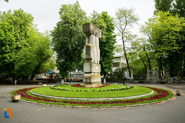 fotografie-din-lateral-cu-monumentul-revolutiei-de-la-1848-din-caracal-judetul-olt.jpg