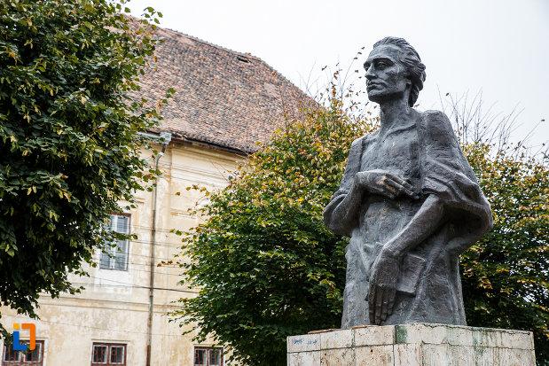 fotografie-din-lateral-cu-statuia-lui-mihai-eminescu-din-medias-judetul-sibiu.jpg