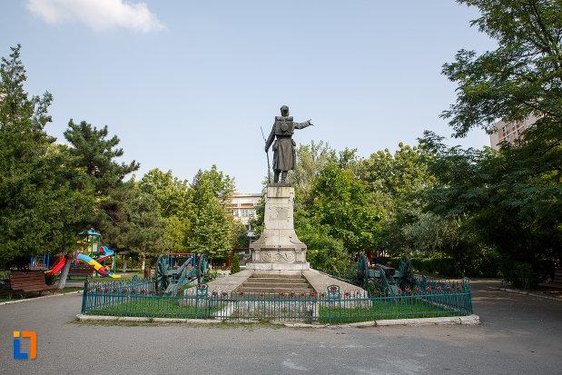 fotografie-din-spate-cu-monumentul-eroilor-din-turnu-magurele-judetul-teleorman.jpg