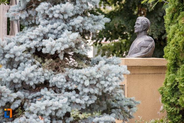 fotografie-dintr-o-parte-cu-bustul-lui-alexandru-dimitrie-ghica-din-alexandria-judetul-teleorman.jpg