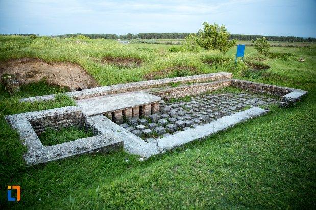fundatie-cladire-cu-hypocaust-asezarea-romana-sucidava-din-corabia-judetul-olt.jpg