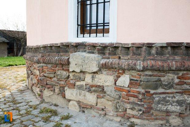 fundatie-cu-motive-originale-biserica-maieri-sf-treime-din-alba-iulia-judetul-alba.jpg