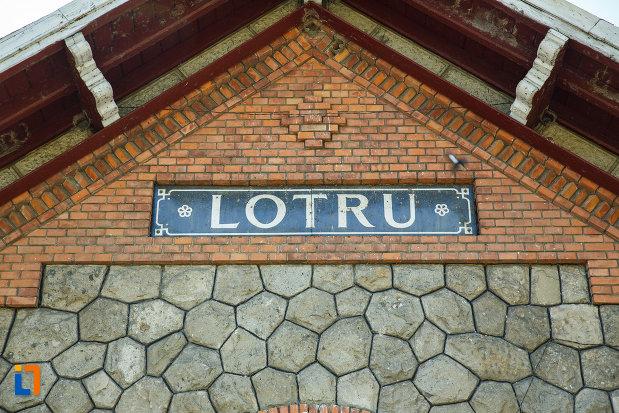 gara-lotru-brezoi-judetul-valcea-inscriptie-cu-localitatea.jpg