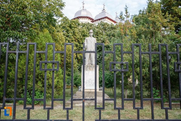 gard-din-fier-aflat-la-statuia-lui-alexandru-colfescu-din-alexandria-judetul-teleorman.jpg